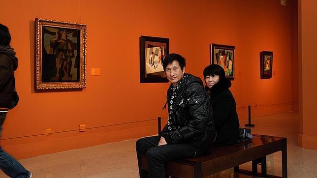 Dos personas contemplan la exposición en el Museo Nacional de Arte de China . LU PENG