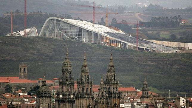 Vista de la Ciudad de la Cultura de Compostela en el monte Gaiás, con la catedral de Santiago en primer término
