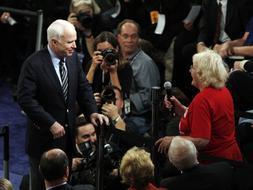 Los participantes en un mitin republicano abuchean a McCain por defender a Obama