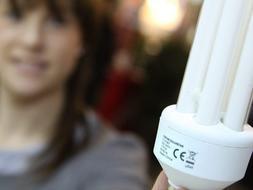 Los fabricantes dudan de que las bombillas que regala Industria ahorren lo prometido