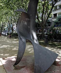 La falta de vigilancia deja las esculturas de la Gran Vía en un estado lamentable