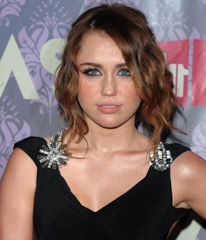 Miley Cyrus cierra Twitter por orden de su novio