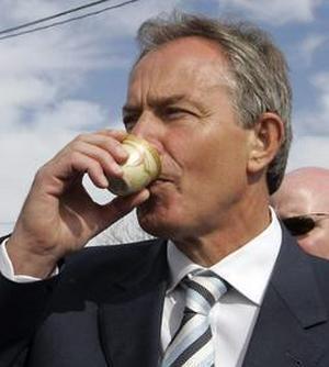 La candidatura europea de Blair se desvanece y Juncker se ofrece para el puesto