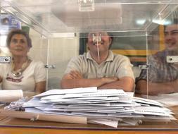 Miembros de una mesa electoral  [Clic para ampliar la imagen]