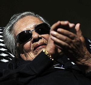 Chavela Vargas, la dama del poncho rojo, publica nuevo disco a sus 91 años