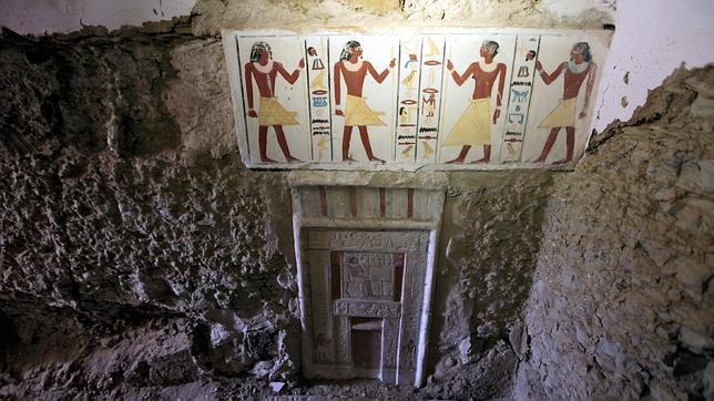 Vista de la puerta falsa de una de las tumbas comentadas. EFE