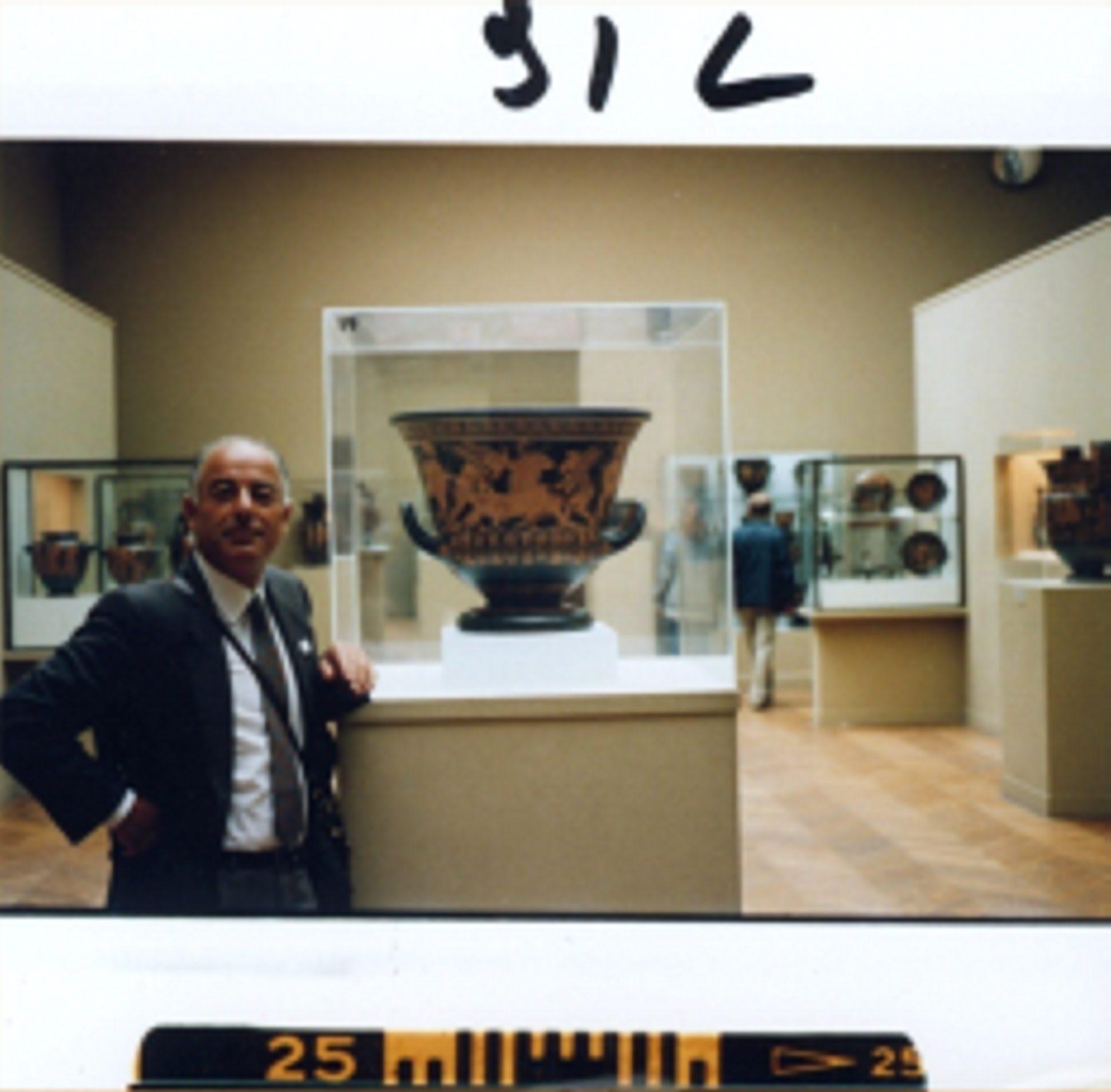 Foto trofeo de Medici, en el Metropolitan de Nueva York, junto al Vaso de Eufronios, que el museo norteamericano tuvo que devolver