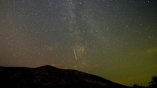 Um meteoro cruza o céu na Macedônia