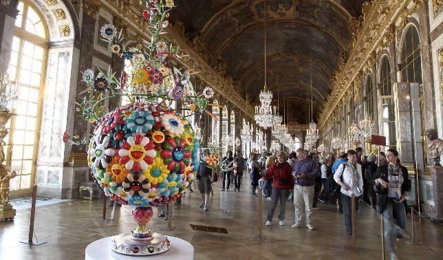 Las coloristas y sonrientes flores de Murakami se han instalado en los majestuosos salones de Versalles. AFP