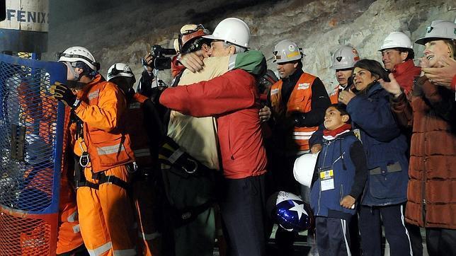 Piñera abraza a Florencio Ávalos delante de su familia