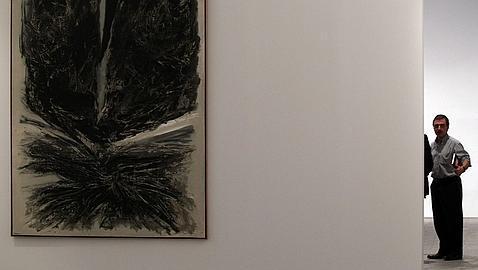 El director del museo, junto a la sala que evoca el triunfo en la Bienal de Venecia de 1958- ÓSCAR DEL POZO