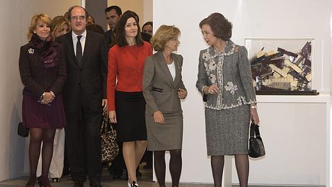 Doña Sofía conversa con la ministra Elena Salgado, en presencia de Sinde, Aguirre y Gabilondo