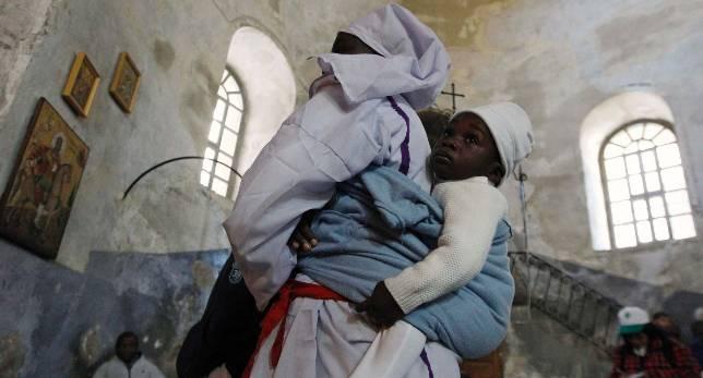 Una mujer cristiana y su hijo, en la basílica de la Natividad de Belén el pasado día 24. REUTERS