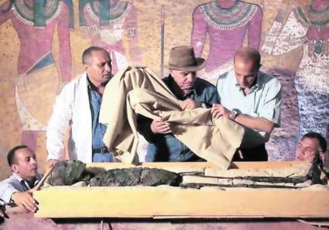 Zahi Hawass, en el centro, con varios colaboradores, en la tumba de Tutankamon. POOL