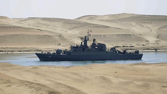 La fragata de la armada iraní IS Alvand atraviesa el Canal de Suez en Ismailia, Egipto, este martes