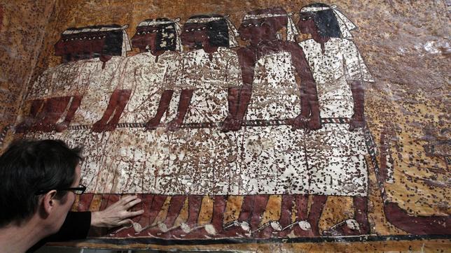 El director de Factum Arte, junto a una de las paredes de la réplica. A. ANTONIO