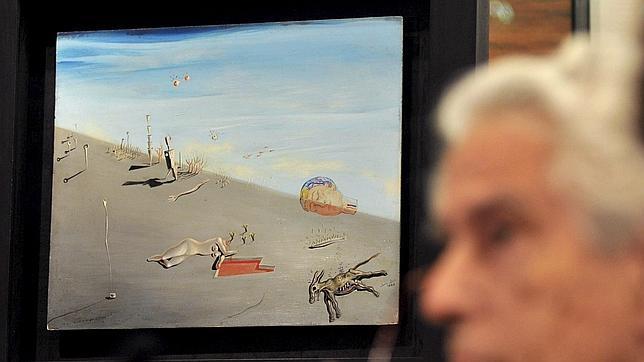 El director del Museo Dalí, Antoni Pitxot, durante la presentación del óleo, «La miel es mas dulce que la sangre» (1926), de Salvador Dalí