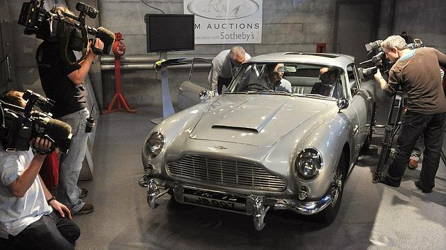 Dos Aston Martin de James Bond, a subasta