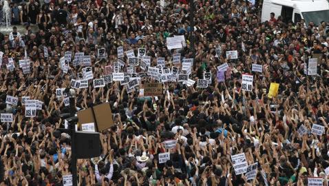 Miles de personas protestan en Sol por la situación social y política