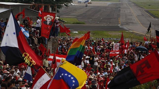 Zelaya vuelve a Honduras y dice que su retorno es una «victoria» de América Latina