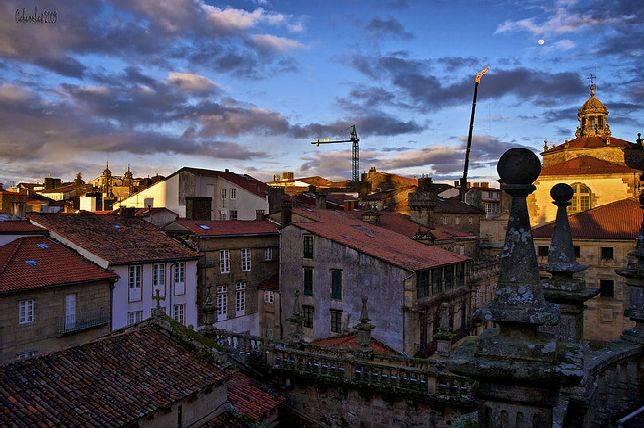 El sol y las nubes juguetean sobre los tejados de la for Tejados galicia