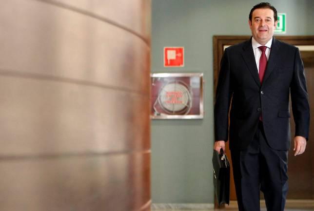 Pajín sitúa a sus afines con el cálculo de perder tres escaños en el Congreso