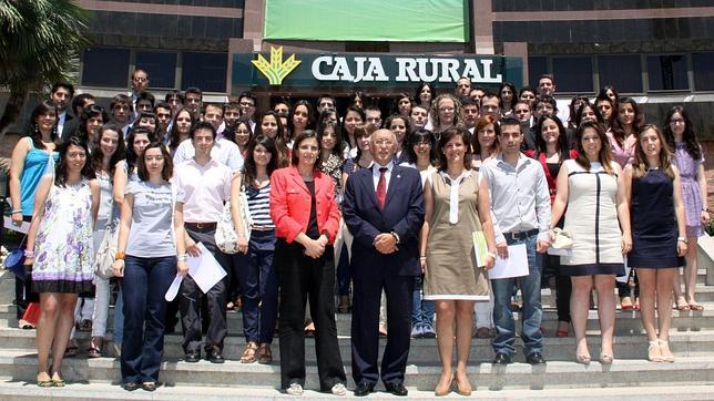 77 universitarios inician sus pr cticas en caja rural for Caja rural de toledo oficinas