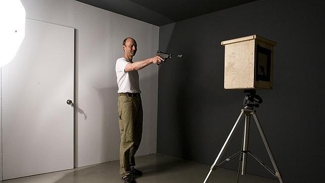 Thomas Bachler disparando a la cámara estenopeica para realizar una fotografía o «photoshoot». ABC