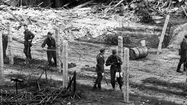 Sustituyendo alambradas para formar la «franja de la muerte» (1962). ABC