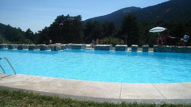 Imagen de archivo de una piscina natural de la localidad for Piscina climatizada madrid