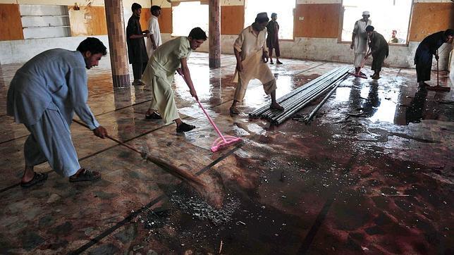 Un suicida mata, al menos, a 47 fieles en una mezquita paquistaní