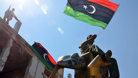 Rebeldes libios sobre la simbólica estatua