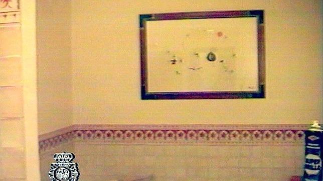Un cuadro de Miró en un cuarto de baño del domicilio Juan Antonio ...
