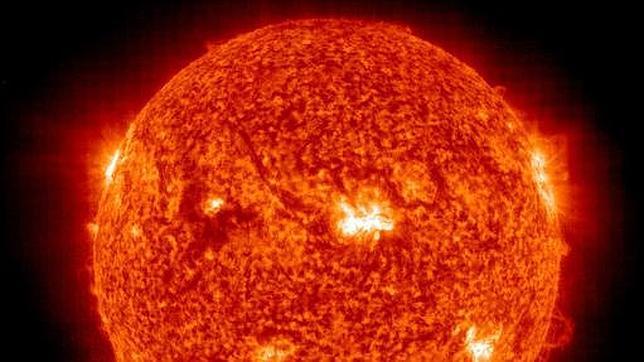 Una gigantesca llamarada solar amenaza el campo magnético de la Tierra