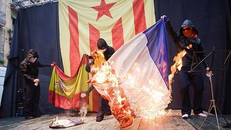 Jóvenes queman las banderas española y francesa