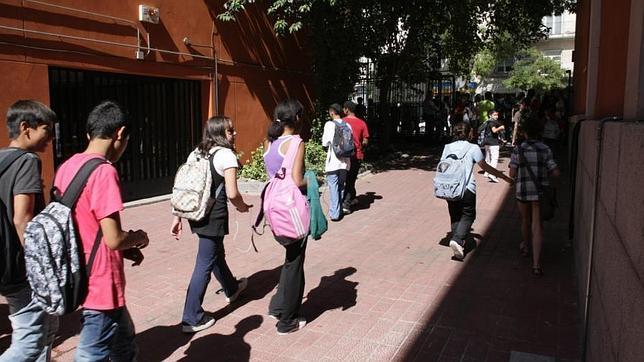 Alumnos del IES «Beatriz Galindo» salen de clase