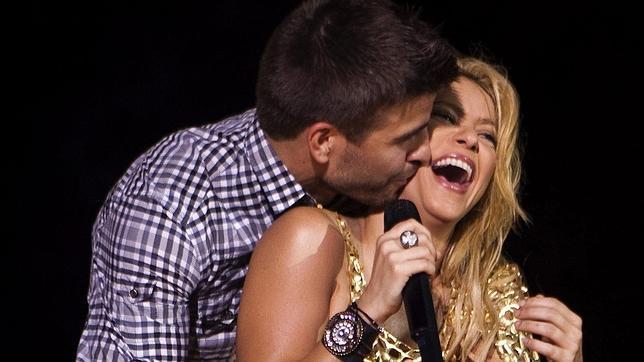 Shakira y Piqué, acaramelados sobre el escenario.