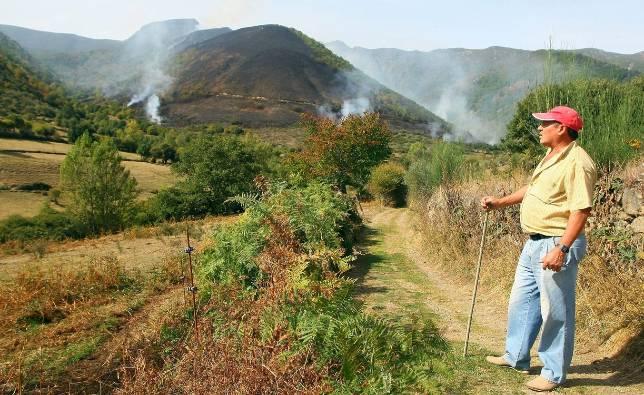 Un incendio con cuatro focos amenaza la Reserva de los Ancares