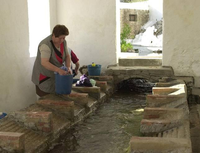 Una mujer lava su ropa en el lavadero de zagrilla una de for Imagenes de lavaderos de ropa