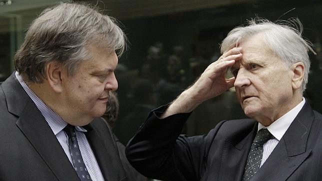 El ministro de Finanzas griego, Evanguelos Venizelos, junto al presidente saliente del BCE, Jean Claude Trichet
