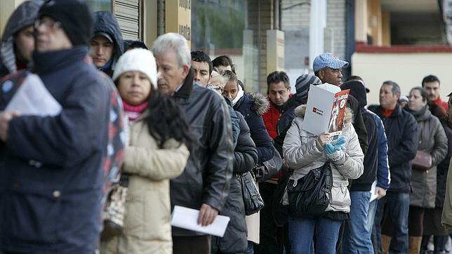 Gente haciendo cola para entrar en una oficina de empleo for Oficina de empleo comunidad de madrid