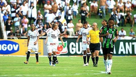 Los hinchas del Corinthians agreden a un trío arbitral