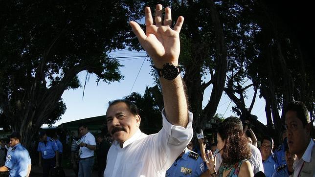 El candidato sandinista, Daniel Ortega, saluda a sus seguidores después de votar en un colegio de Managua