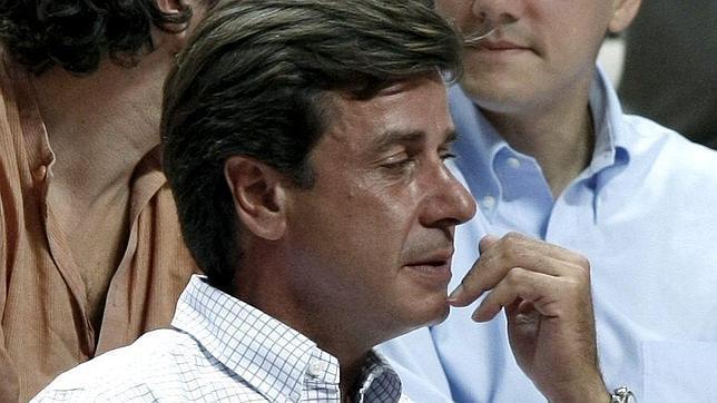 Izquierda Unida envía a Cayetano de Alba una azada con un libro de instrucciones