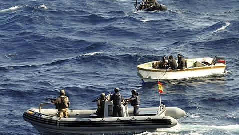En la imagen miembros de la Armada española integrantes del buque «Patiño»