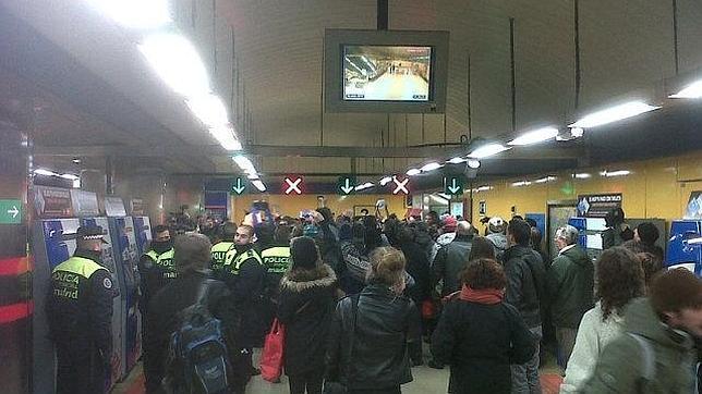 La Policía carga en Callao contra los integrantes de la protesta «Yo no pago»