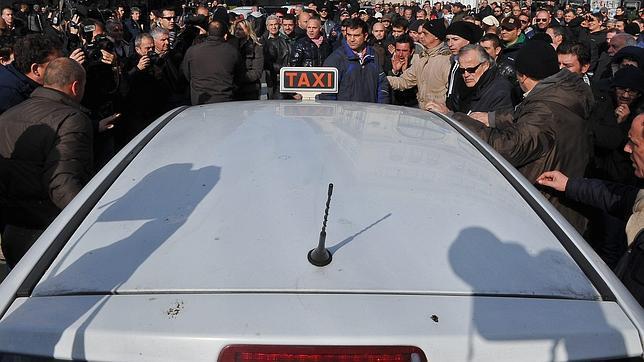 Mario Monti, asediado por los taxistas
