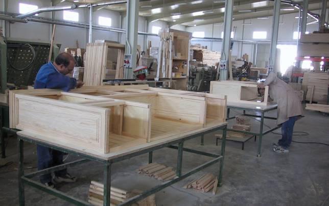 empleados en una f brica de muebles de lucena
