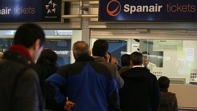 Spanair recoloca solo a 8.000 de los 22.700 pasajeros afectados