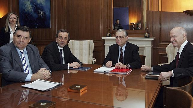 Papadimos (segundo por la derecha), en la reunión con los líderes de los partidos de su Gobierno